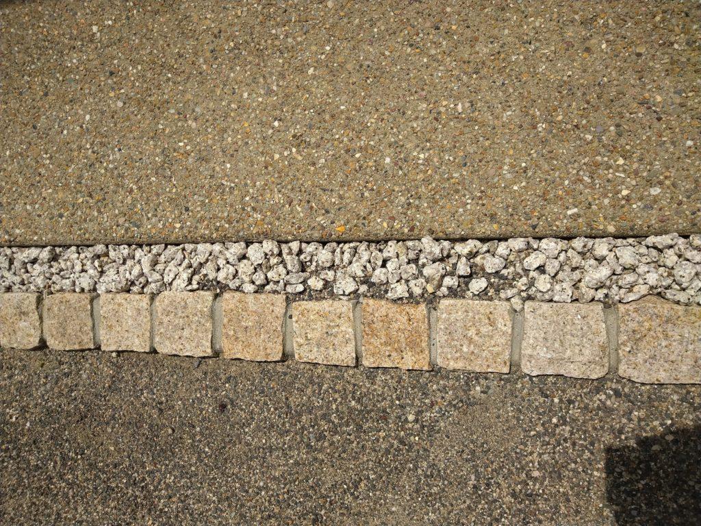 真ん中の四角い石はピンコロ石(御影石)