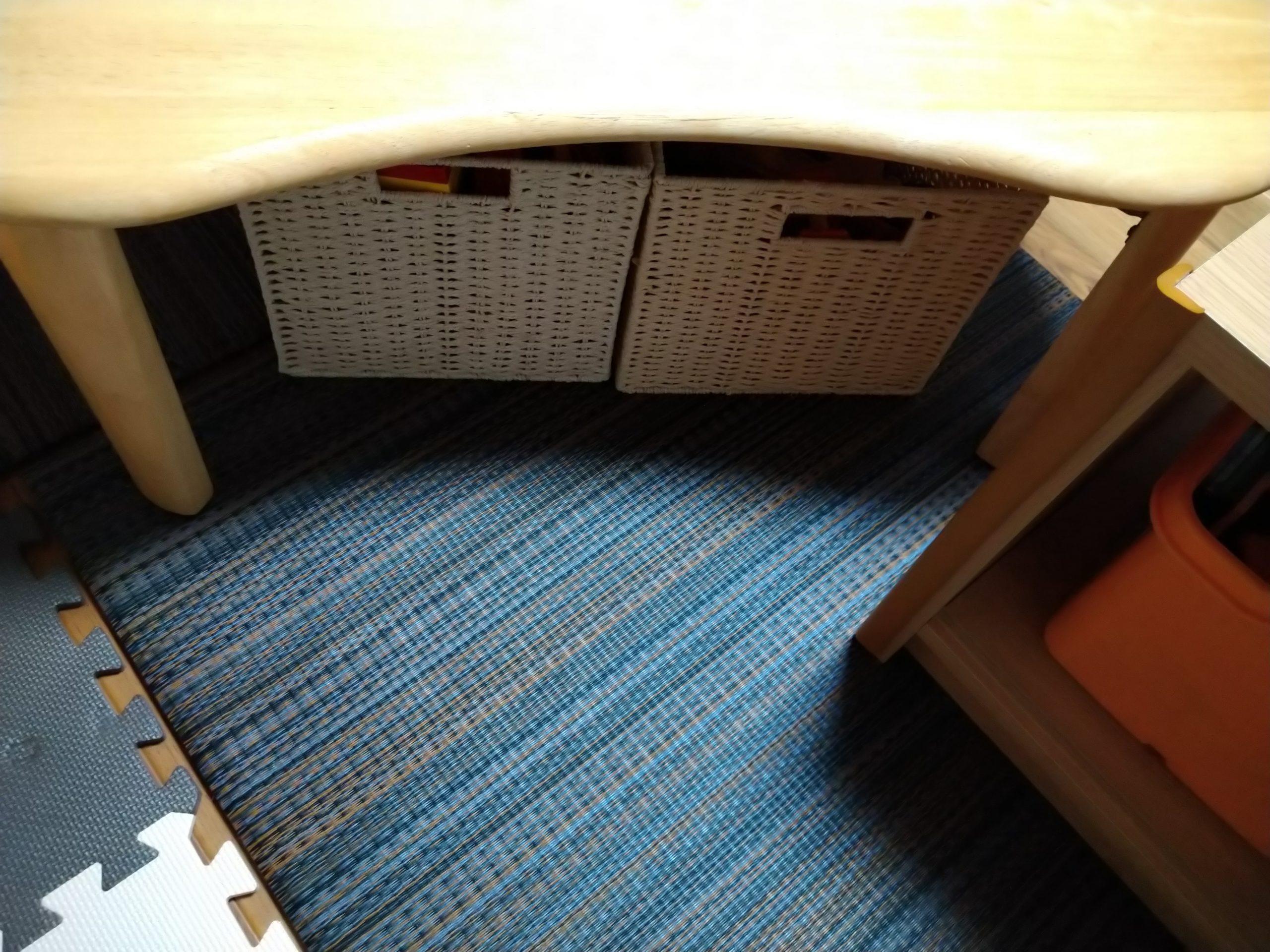 ちゃぶ台の下におもちゃ箱を収納できる