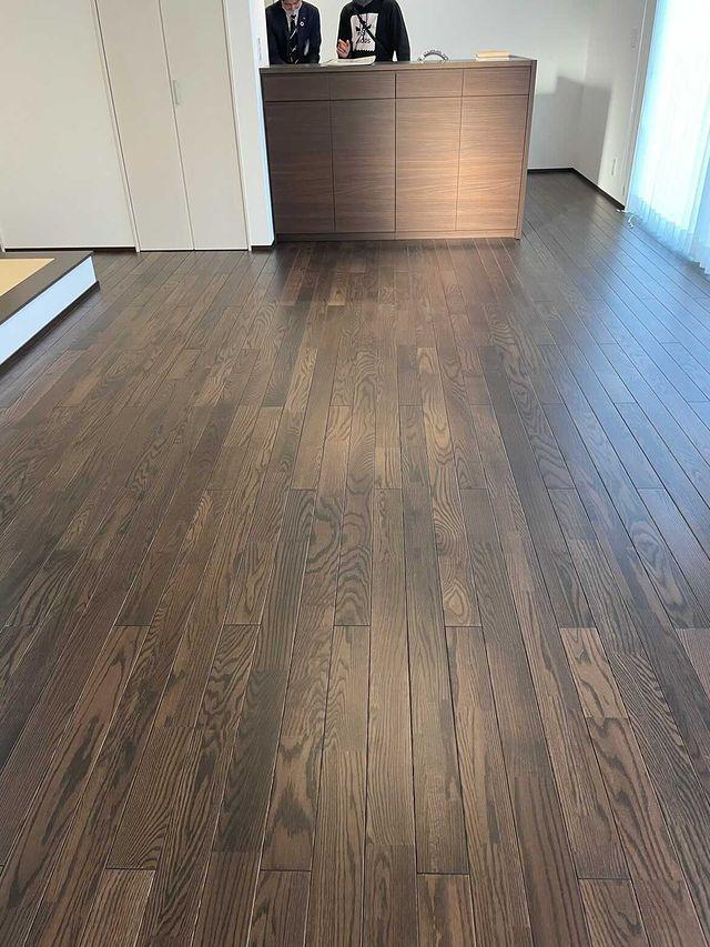 標準仕様の床材のオークピュアアンティーク(xxhome.sxx邸)