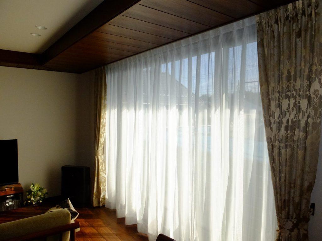 朝の日差しが差し込む贅沢な大窓×ハーモシーリングの折り下げ天井