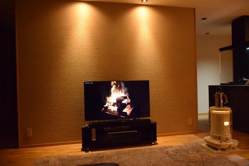 sfc_kikorin.houseさん邸 テレビ面もシーサンドコート仕上げ 凹凸が浮かび上がる配灯 シーサンドコートの凹凸が浮かび上がる様に配灯